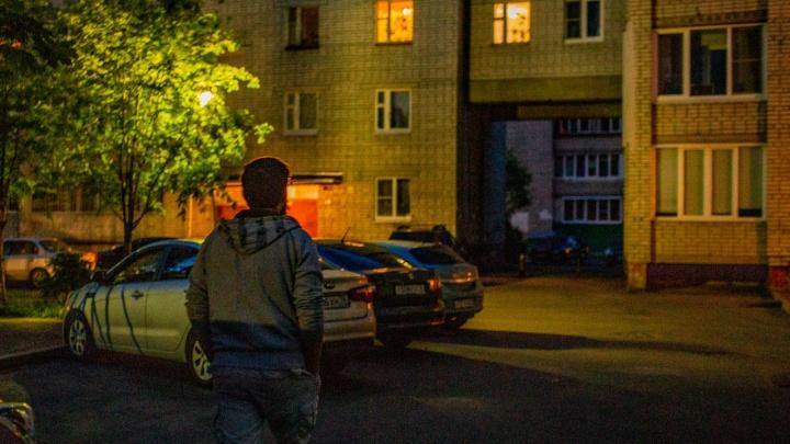 В Ярославле в подъезде избили доставщика еды популярного сервиса и отобрали у него продукты