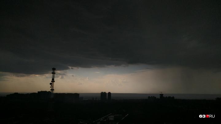 Непогода близко: спасатели предупредили о грозе и сильном ветре