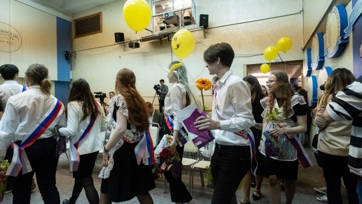 Новосибирские одиннадцатиклассники начали прощаться со своими школами
