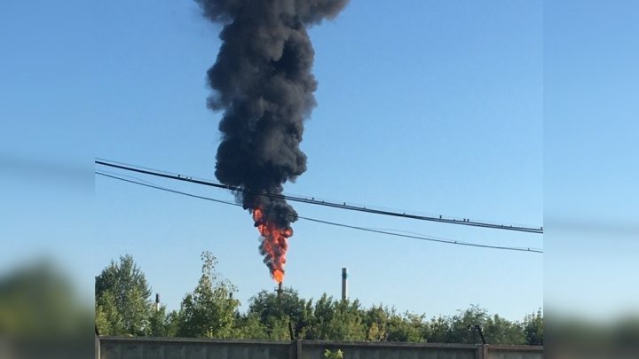 «Черный столб дыма»: в Тольятти на нефтехимическом производстве загорелись выбросы из трубы