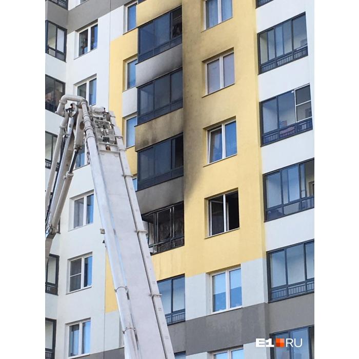 Копоть повредила окна квартир этажами выше