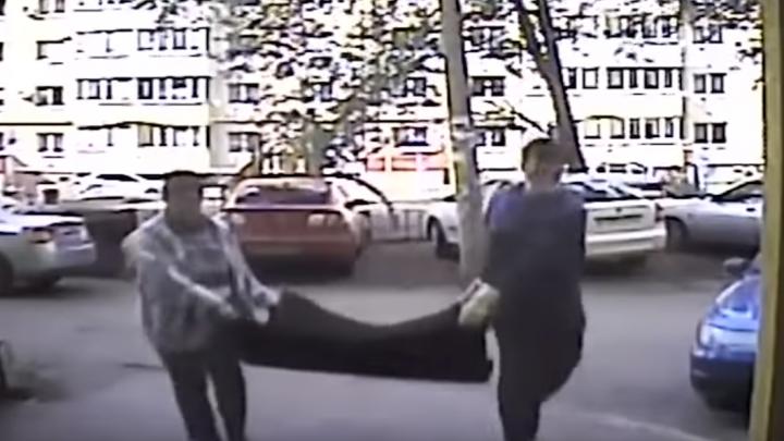 За дело о воровстве резинового покрытия с детской площадки взялась полиция