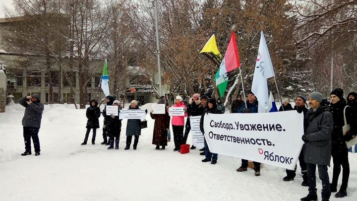 Новосибирцы собрались в Нарымском сквере, чтобы помянуть Конституцию