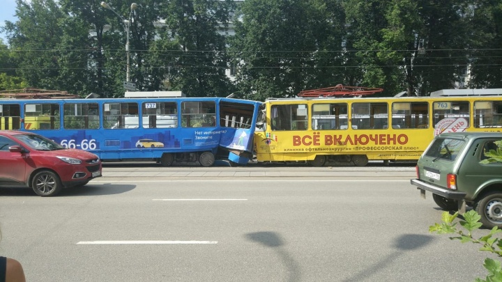На проспекте Ленина один трамвай на полном ходу въехал в другой