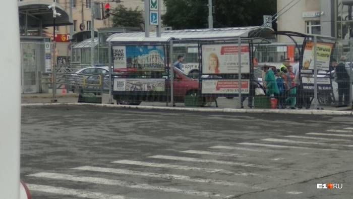 Легковой автомобиль вылетел на тротуар