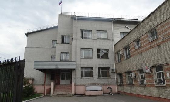 В Омске осудили мужчину, который в шарфе трижды ограбил один и тот же салон по выдаче кредитов