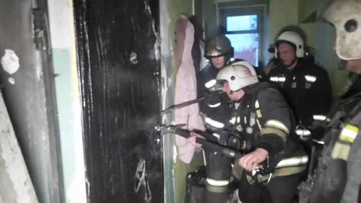 Двоих детей из пожара на Эльмаше спас прохожий, третьего он просто не увидел