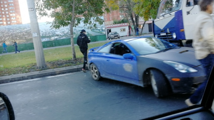 Город замер в пробке: на Московском шоссе спорткар угодил под КАМАЗ