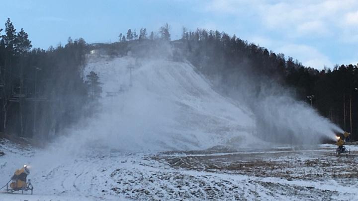 В «Бобровом» запустили снежные пушки и готовят склоны к катанию