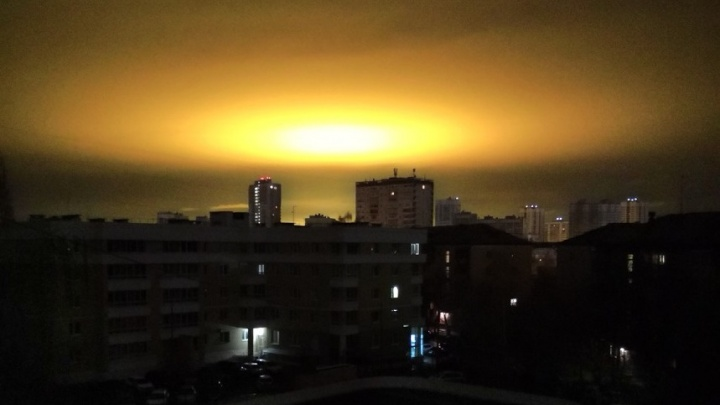 «Теплицы Саурона»: в небе рядом с Екатеринбургом появилось светящееся пятно