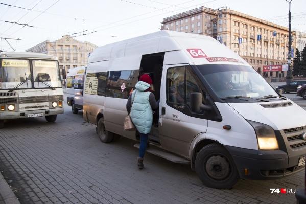 Водитель маршрутки не заметил женщину, которая шла по парковке