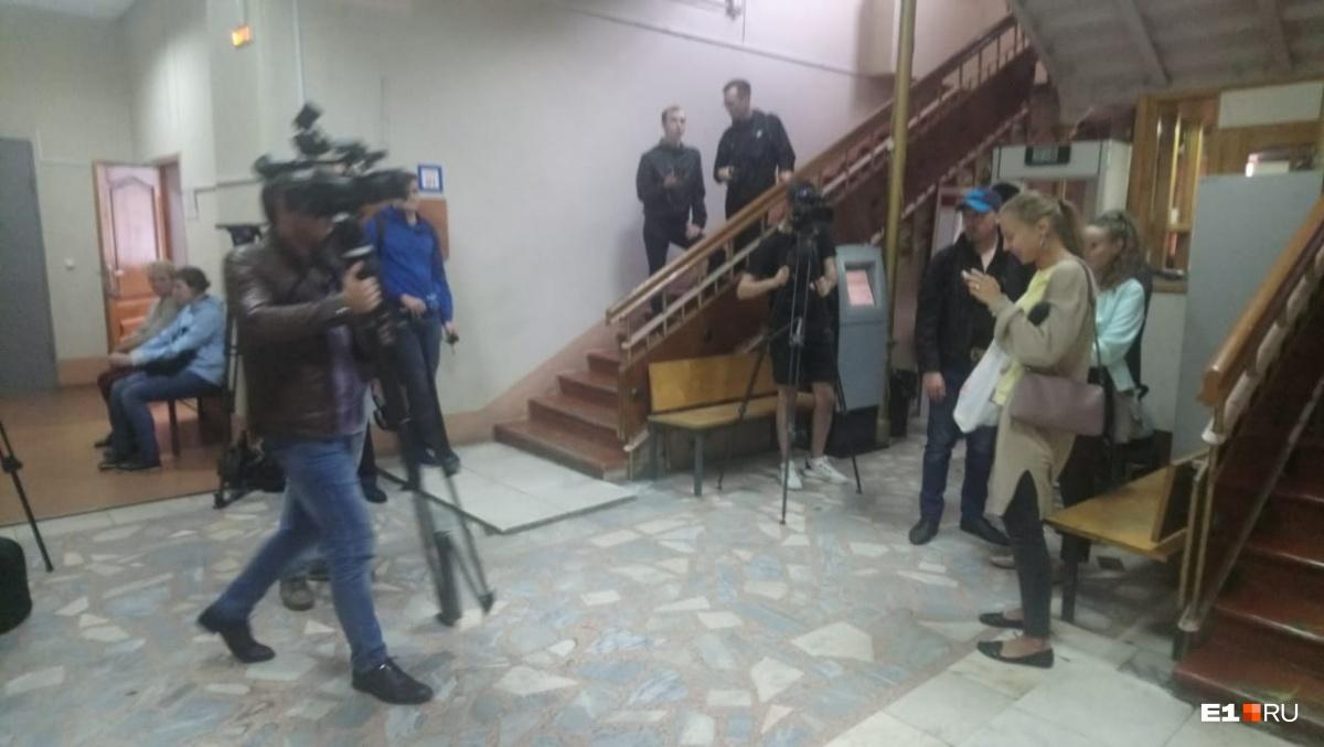 Журналисты ждут, когда в суд привезут Владимира Васильева