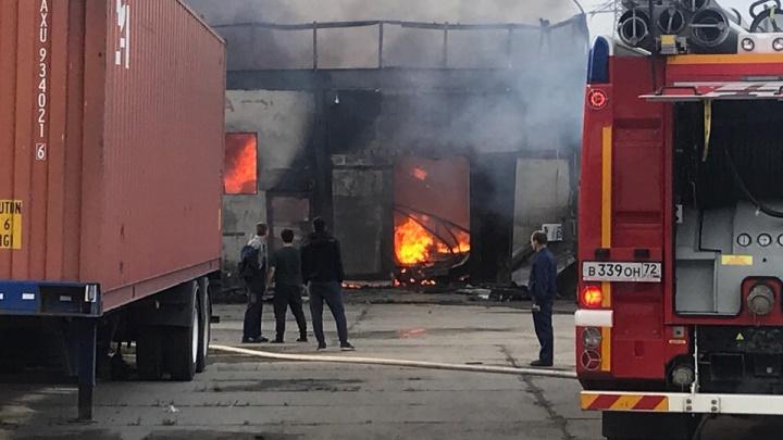 «Успели вывезти машины»: на Лесобазе загорелся ангар в гаражном кооперативе