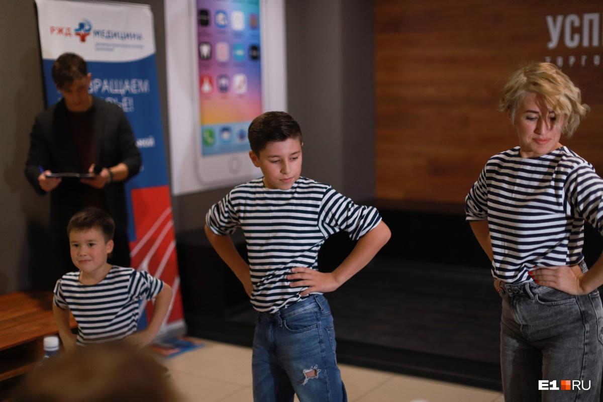 Одна из участниц пришла с детьми в матросках, они станцевали танец «яблочко»