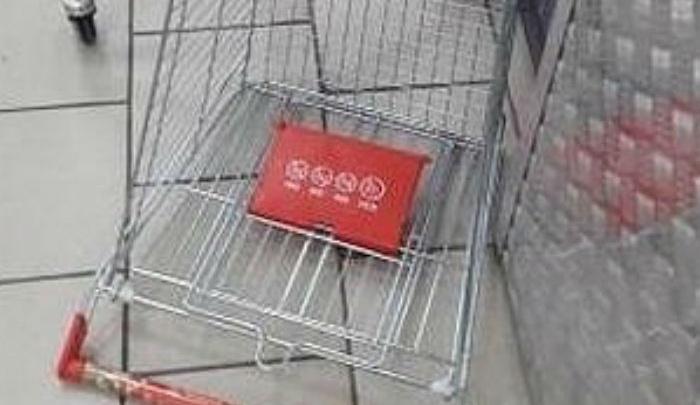 В ростовском супермаркете ребенок из-за ветхой тележки разбил лицо
