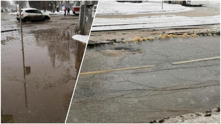 «Огромное озеро на дороге»: прорвало водопроводную линиюна Ставропольской — Матросова
