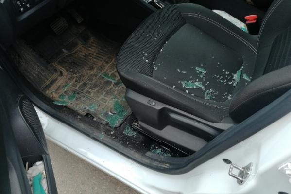 В салоне видны осколки стекла, которое разбилось из-за выстрела