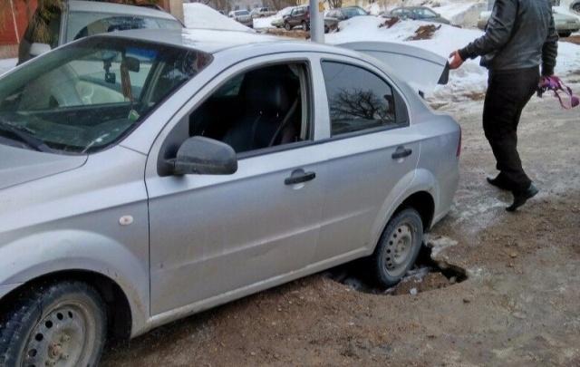В Уфе автомобиль угодил в ледовую западню