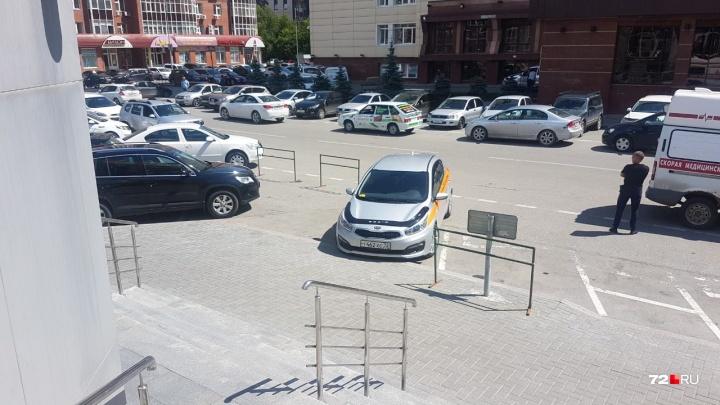 Не пускали даже скорую: у банка «ФК Открытие» на улице 8 Марта незаконно отгораживали парковку