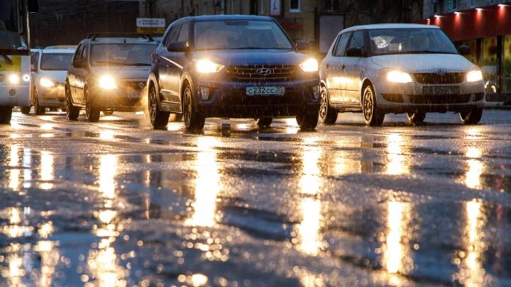 «Машины лучше оставить в гараже»: Волгоградская область оказалась в плену сильного гололеда