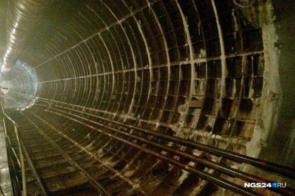 Тоннель метро между Высотной и Копылова, построенный в 90-е