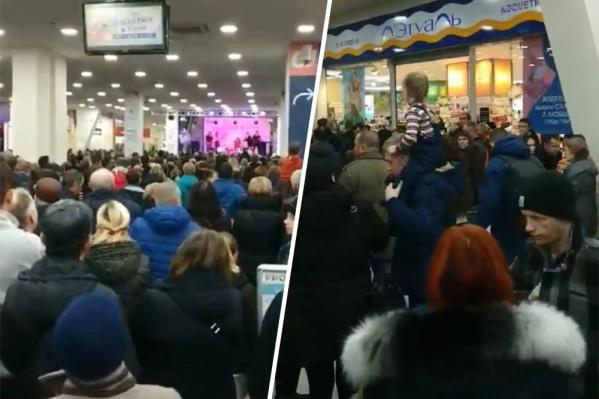 На розыгрыш айфонов съехались сотни человек