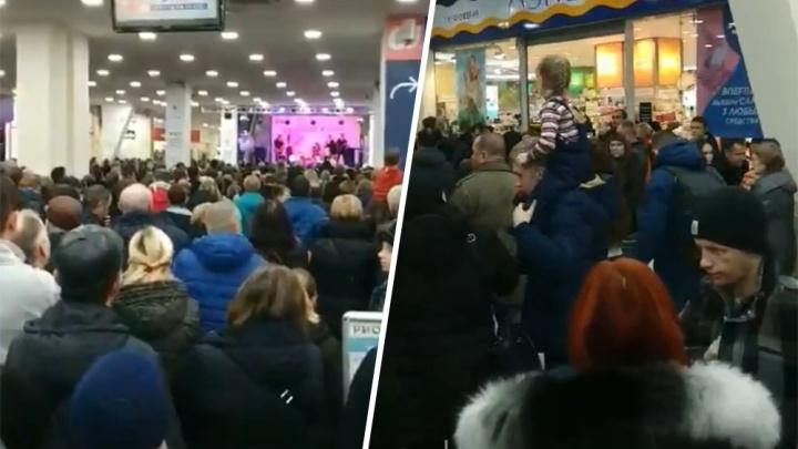 «Было очень страшно»: ярославцы устроили давку в торговом центре из-за розыгрыша айфонов