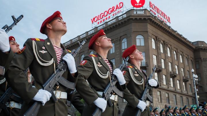 «Сегодня будут без техники»: стало известно время первой репетиции парада в центре Волгограда
