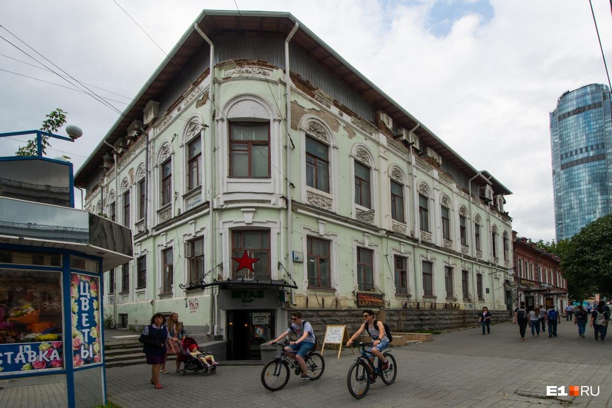 Так здание выглядело без баннера в сентябре 2017 года