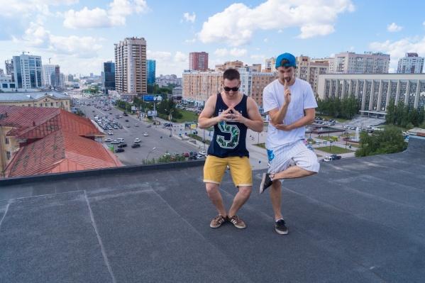 Красноярские блогеры сфотографировались на крыше на фоне здания ГПНТБ СО РАН