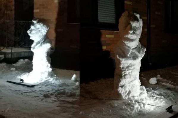Снежная фигура стоит в одном из дворов Новосибирска