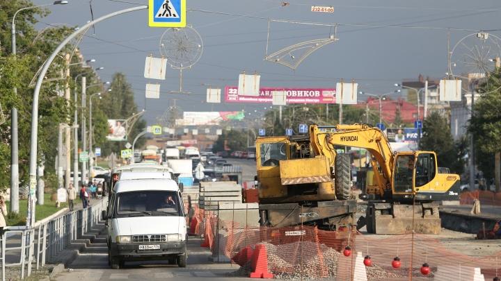 Объезжают по парковкам и тротуарам: ремонт на Доватора спровоцировал огромную пробку