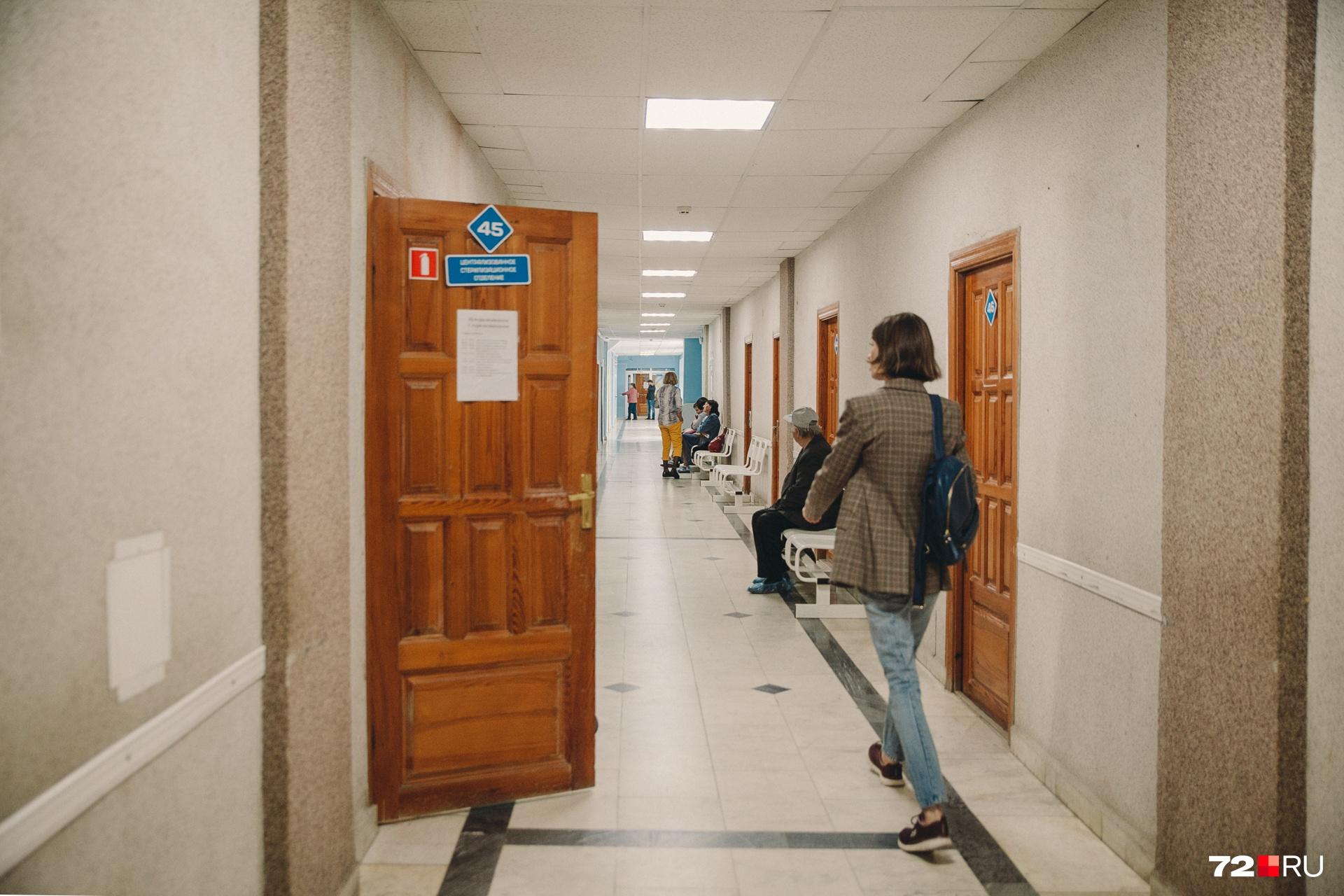 По совету сотрудников регистратуры мы добрались до четвертого этажа, побеседовали с пациентами. Спустя 15 минут нас настиг охранник. Отругал за то, что мы здесь оказались