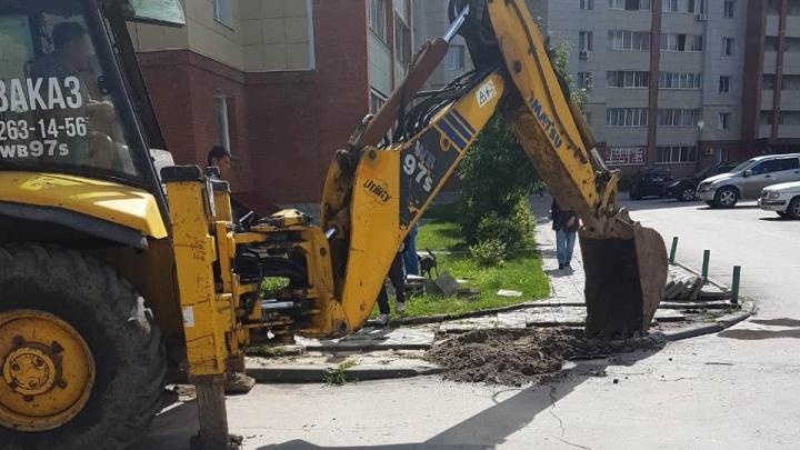 Встали стеной: жители высоток выставили машины, чтобы остановить строителей дороги