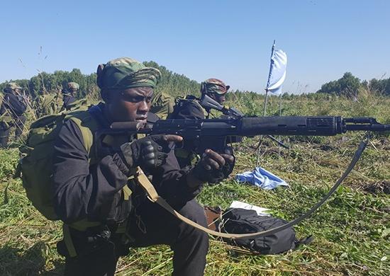Вооружённые разведчики из Зимбабве и Армении пробежали 15 километров по новосибирскому лесу
