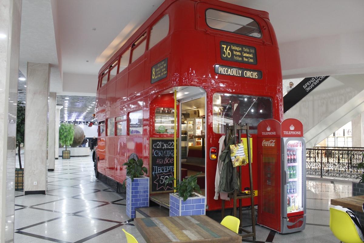 Кофейня в торговом центре, стилизованная под двухэтажный автобус