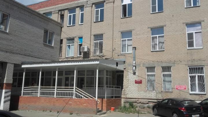 «Била на глазах соседок»: в Челябинске завели дело на мать, покалечившую грудничка в больнице
