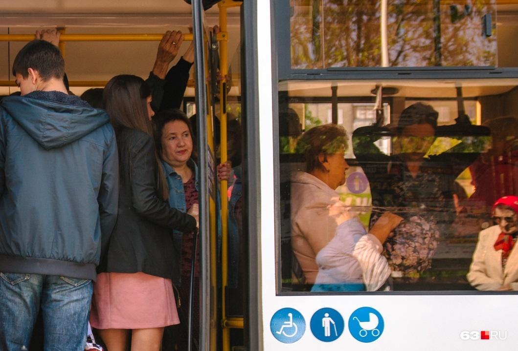 Пассажиры не умещаются в общественный транспорт в часы пик
