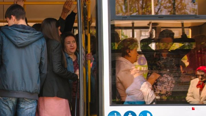 Большой интервал и переполненные салоны: жители Южного города пожаловались на работу автобуса №141