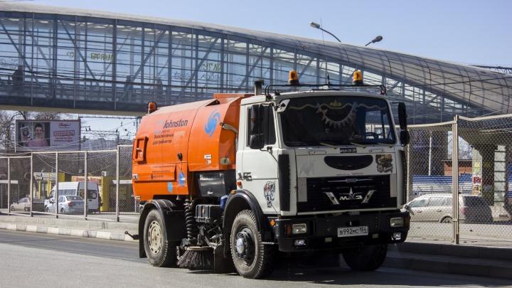 «На арене 8 пылесосов»: в Новосибирске начали пылесосить улицы