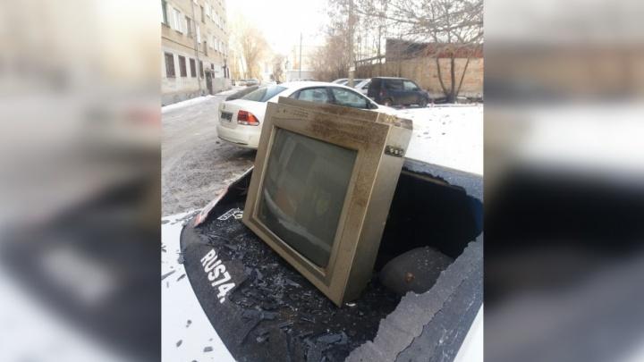 Не понравилась новогодняя программа: в Челябинске хулиганы выбросили из окна телевизор
