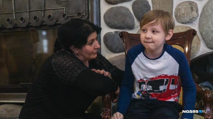 Жизнь после Зиты: мать сиамских близнецов приехала к омским больным детям