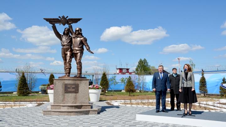 В омском аэропорту открыли трёхметровый памятник