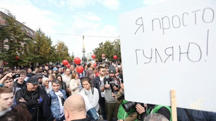 На пожилого учителя, стоявшего с плакатом на челябинском митинге, завели дело