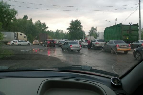 На выезде из Жигулевска заложниками пробки стали и грузовые автомобили, и легковушки