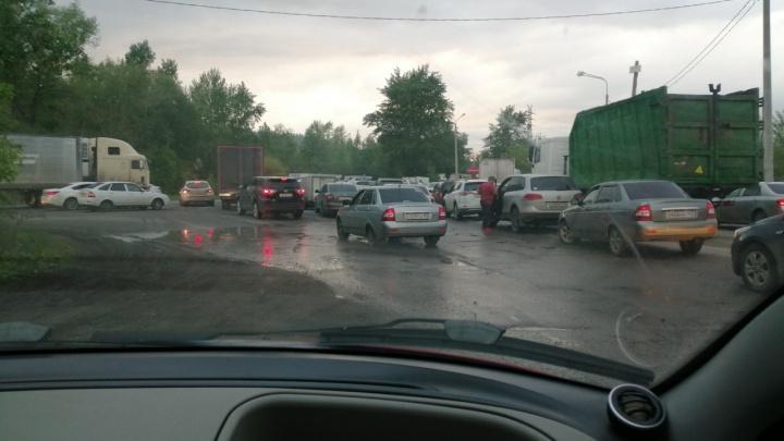 Пешком быстрее: на трассе М-5 «Урал» под Тольятти встало движение