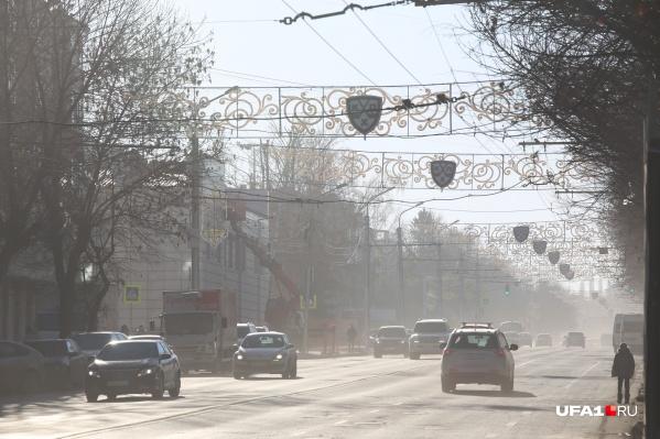 Без снега город медленно покрывается пылью