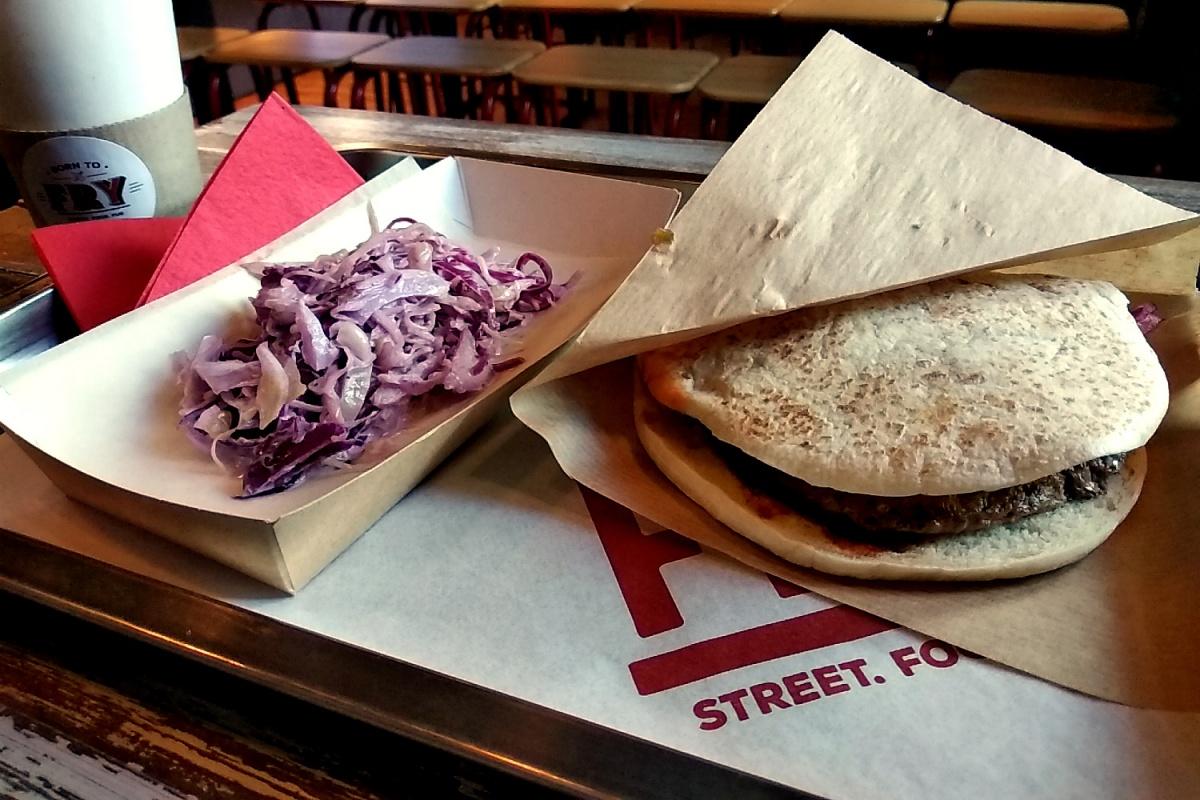 В категории «стритфуд» два первых места заняли стационарные заведения, у которых уличная еда является просто частью концепции