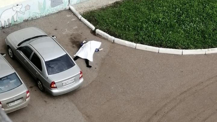 В Башкирии под окнами многоэтажки нашли тело женщины