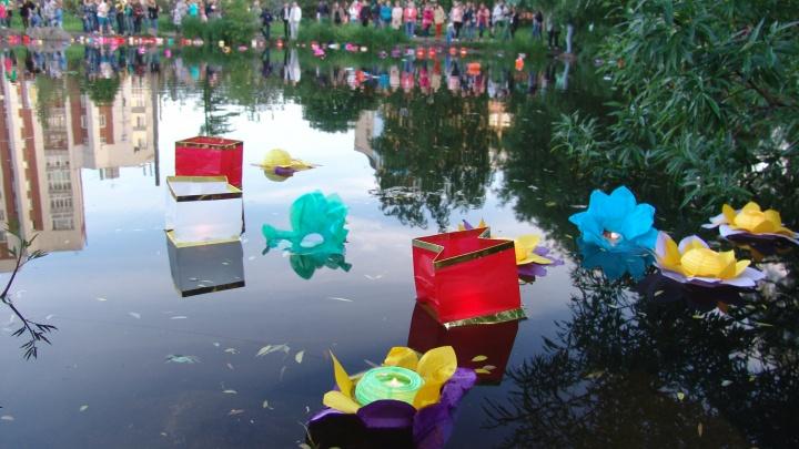 Шоу романтиков или миссия «помусорить»: архангельские экологи опасаются «Фестиваля водных фонариков»